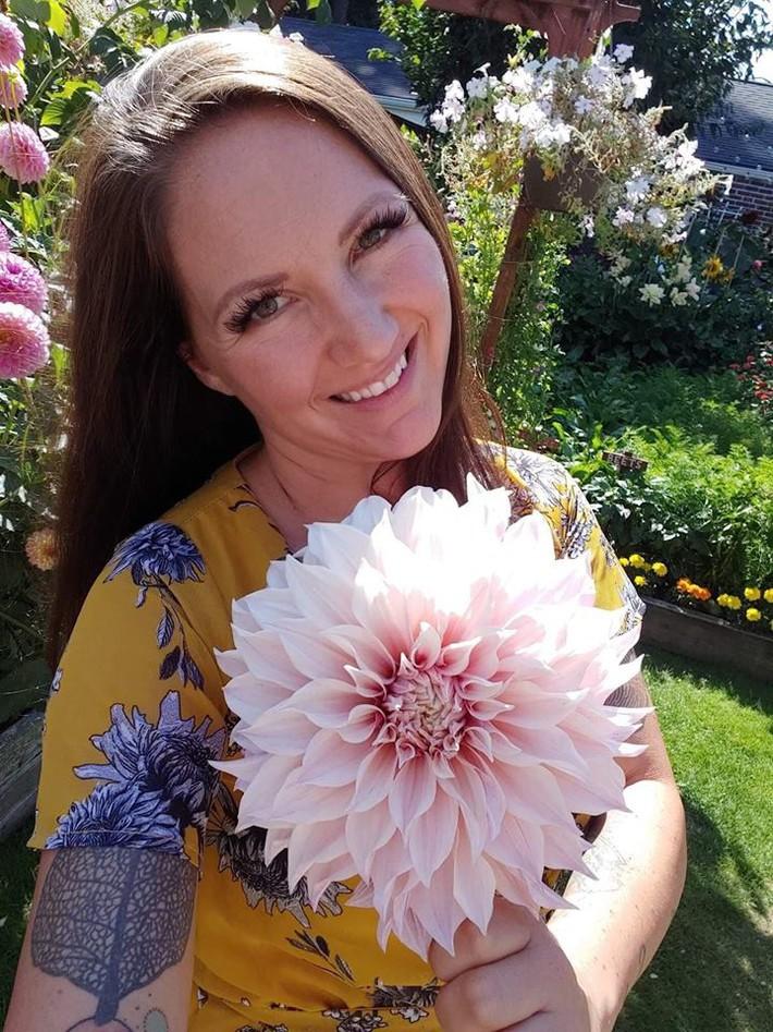 Mảnh vườn quá đỗi thơ mộng với hoa rực rỡ cùng rau quả của người mẹ trẻ cùng con gái xinh đẹp - Ảnh 5.