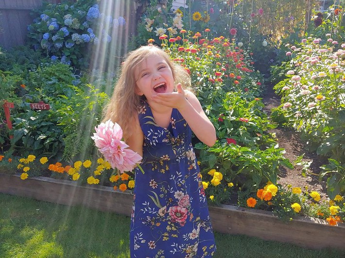Mảnh vườn quá đỗi thơ mộng với hoa rực rỡ cùng rau quả của người mẹ trẻ cùng con gái xinh đẹp - Ảnh 12.
