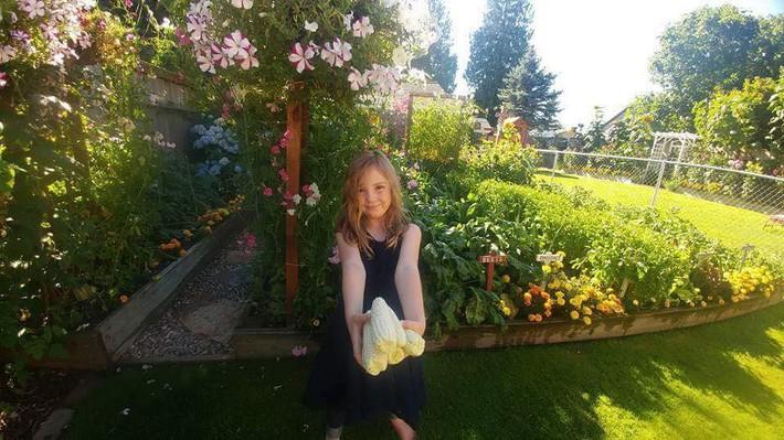 Mảnh vườn quá đỗi thơ mộng với hoa rực rỡ cùng rau quả của người mẹ trẻ cùng con gái xinh đẹp - Ảnh 10.