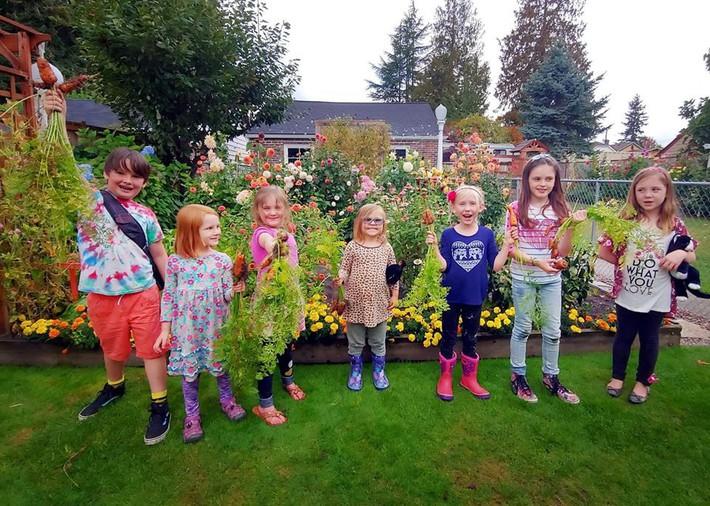 Mảnh vườn quá đỗi thơ mộng với hoa rực rỡ cùng rau quả của người mẹ trẻ cùng con gái xinh đẹp - Ảnh 8.