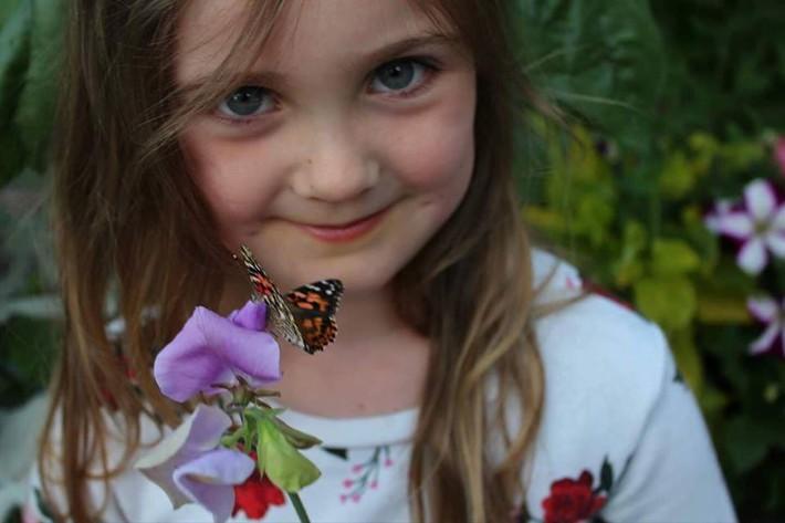 Mảnh vườn quá đỗi thơ mộng với hoa rực rỡ cùng rau quả của người mẹ trẻ cùng con gái xinh đẹp - Ảnh 4.