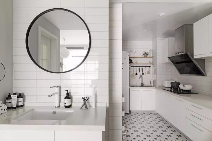 Cải tạo phòng tắm hiện đại với gam màu trắng - Ảnh 13.