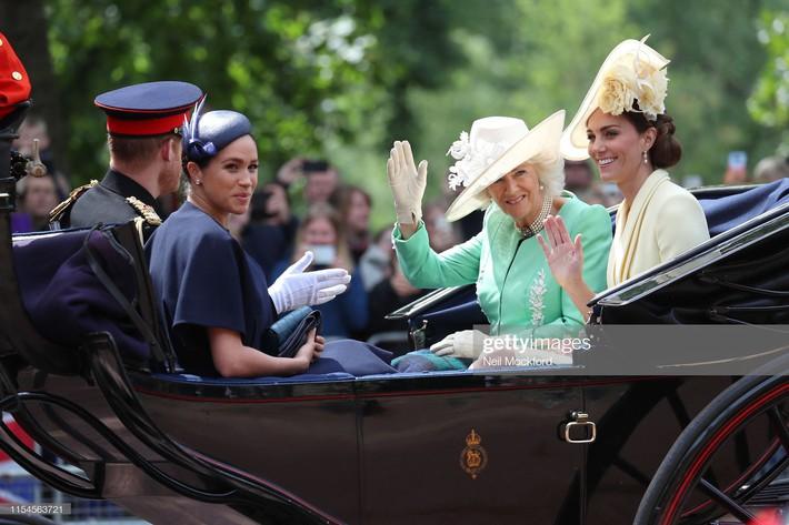 Từng bị chê thậm tệ vì lấn lướt cả Công nương Diana và Kate Middleton, giờ đây Meghan Markle đã khiêm tốn sửa lỗi sai trang phục - Ảnh 11.