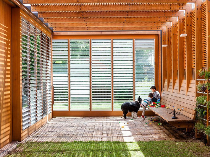 Smart-use-of-translucent-and-normal-glass-sliding-doors-brings-in-plenty-of-natural-light