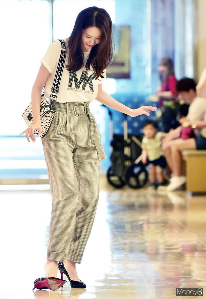 Đi giày cao gót, cô gái nào cũng nên ước có đội nhân viên quá đỗi chuyên nghiệp như của Yoona - Ảnh 6.