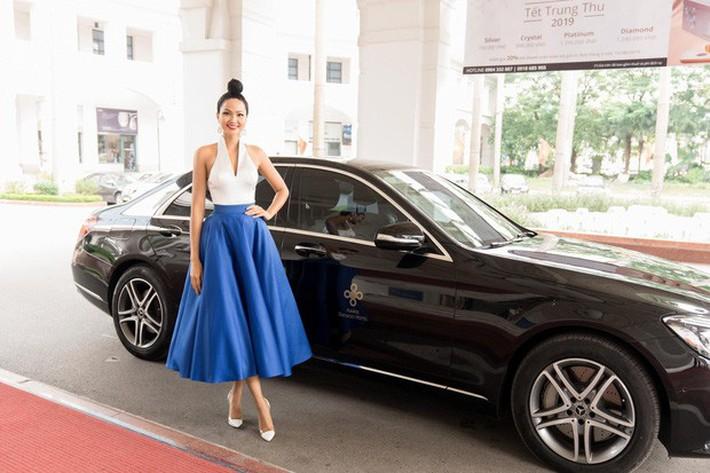 HHen Niê mò mẫm 2 kiểu mặc chân váy: Không chỉ nâng cao tính tiết kiệm mà còn dư dả độ hài hước - Ảnh 2.