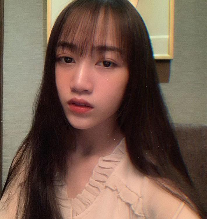 Nhìn ảnh con gái Minh Nhựa 1 năm về trước và hiện tại để thấy: tóc mái quả thực có sức mạnh đáng sợ - Ảnh 2.