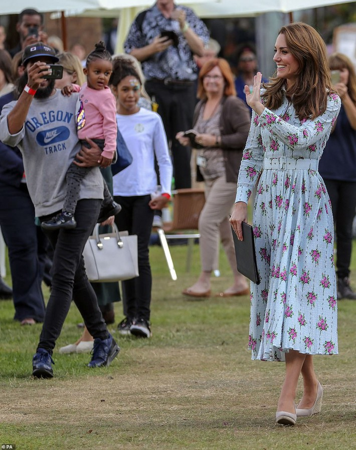 18300990-7447233-A_royal_catwalk_Kate_was_seen_giving_a_royal_wave_as_she_made_he-a-2_1568125821720