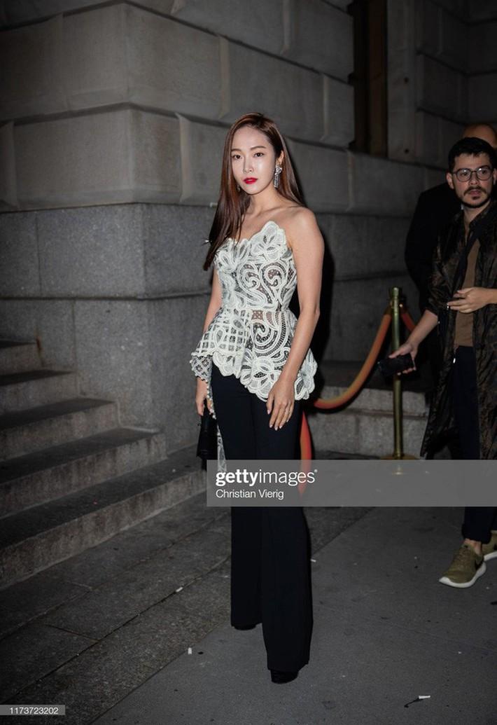 NYFW ngày 4: Jessica Jung lại bị báo quốc tế dìm tơi tả, diện set đồ hơn 100 triệu so kè với người mẫu của hãng - Ảnh 2.