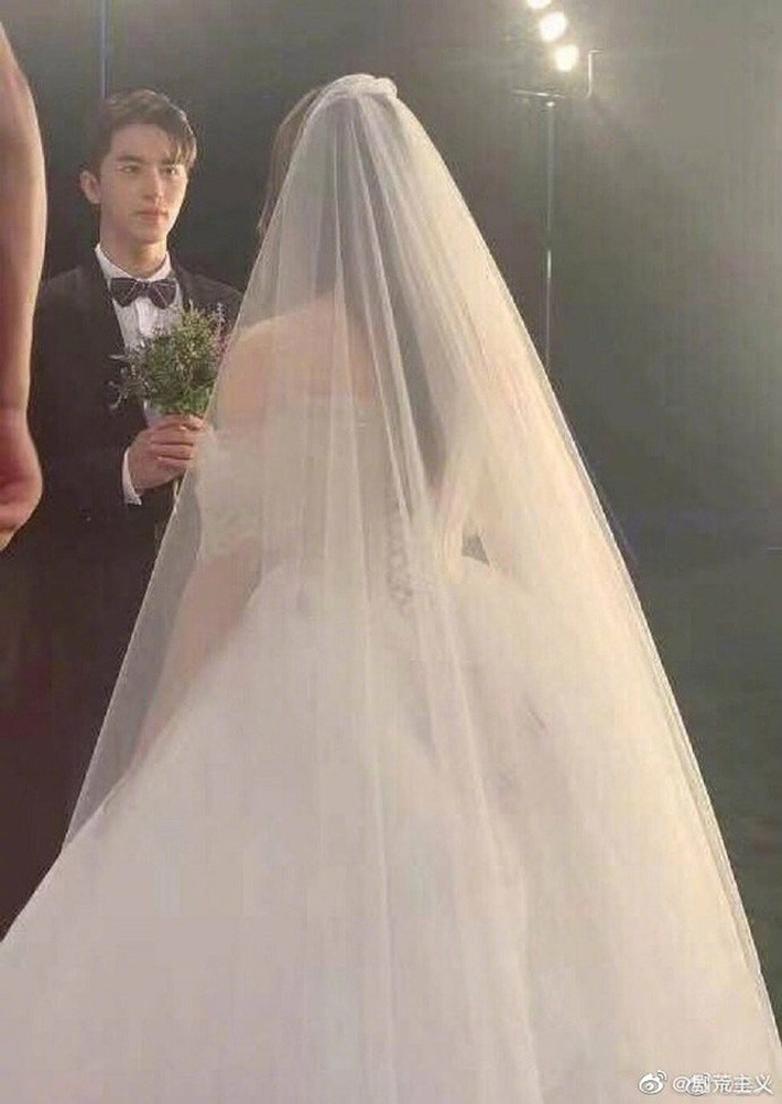 Rò rỉ ảnh váy cưới trong Full House bản Trung Quốc: được khen ăn đứt váy của Song Hye Kyo khi xưa - Ảnh 4.