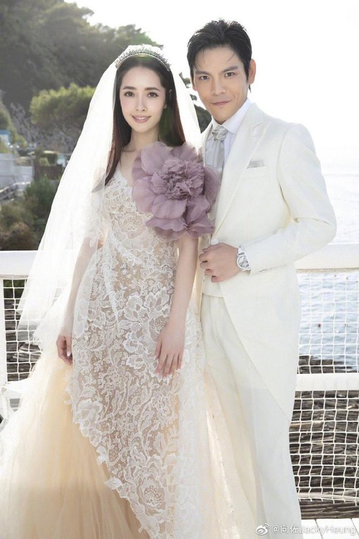 Bóc giá váy cưới cô dâu mới nhà trùm showbiz Hong Kong: Rẻ tiền nhất Cbiz, kém xa Song Hye Kyo, bị Angela Baby đè bẹp - Ảnh 1.