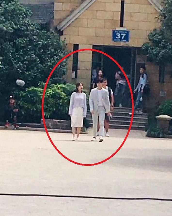 Vào vai nữ sinh viên, Dương Tử lại bị chê ăn mặc già nua như mẹ của nam chính khi sánh đôi với Tiêu Chiến - Ảnh 9.