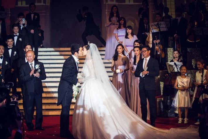 Bóc giá váy cưới cô dâu mới nhà trùm showbiz Hong Kong: Rẻ tiền nhất Cbiz, kém xa Song Hye Kyo, bị Angela Baby đè bẹp - Ảnh 4.