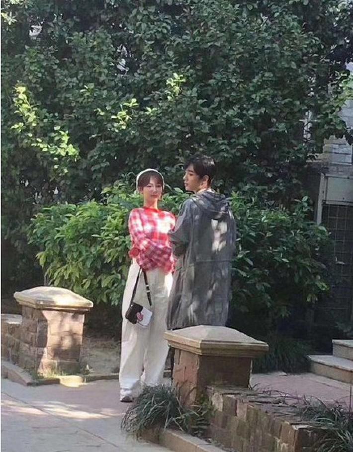 Vào vai nữ sinh viên, Dương Tử lại bị chê ăn mặc già nua như mẹ của nam chính khi sánh đôi với Tiêu Chiến - Ảnh 5.