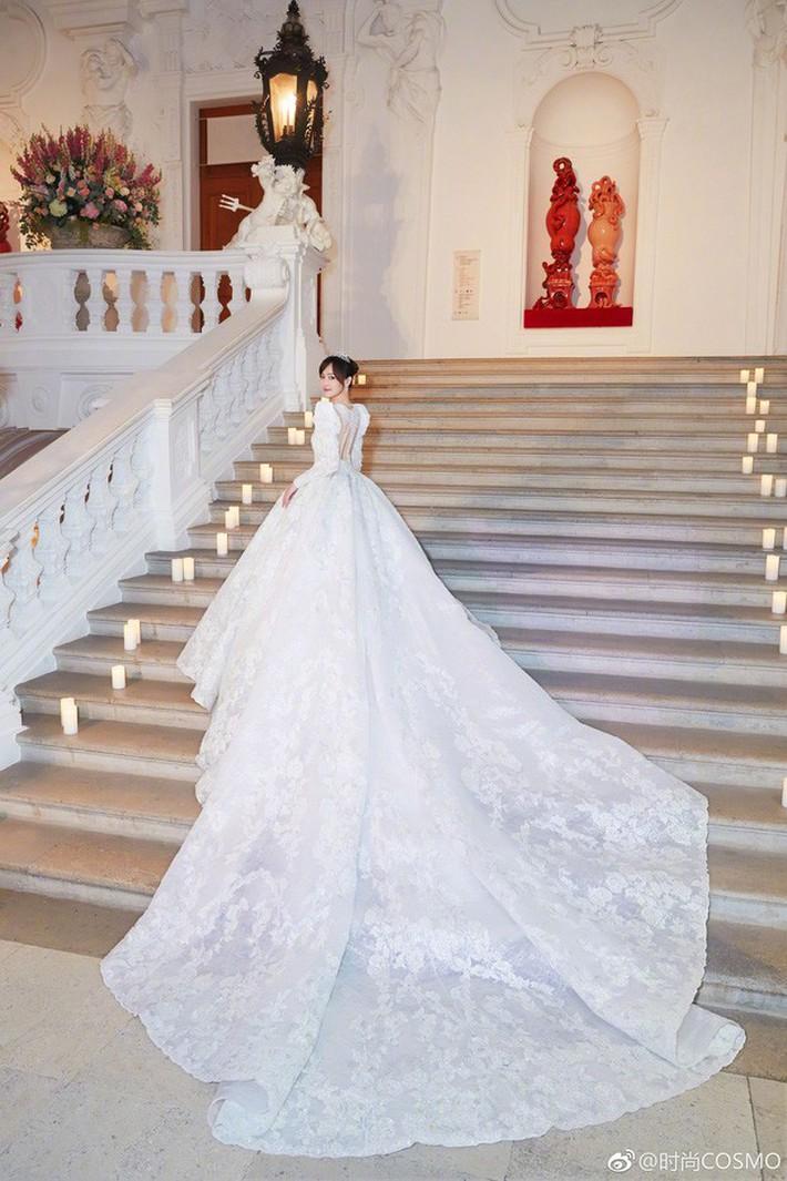 Bóc giá váy cưới cô dâu mới nhà trùm showbiz Hong Kong: Rẻ tiền nhất Cbiz, kém xa Song Hye Kyo, bị Angela Baby đè bẹp - Ảnh 6.