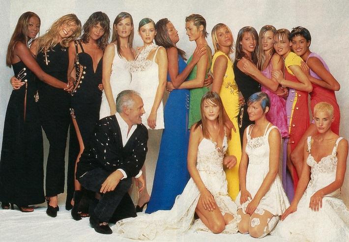 Đào lại những thiết kế năm 90 của Versace, dân tình phải thốt lên rằng: Sao đến giờ vẫn đẹp và sang hết sức! - Ảnh 1.