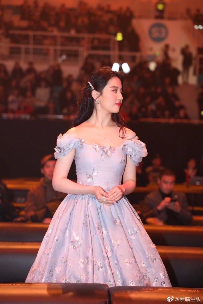 Hóa công chúa cổ tích, Lưu Diệc Phi lên thẳng top 1 Weibo nhưng chung khung hình với Triệu Lệ Dĩnh lại thấy có vấn đề - Ảnh 4.