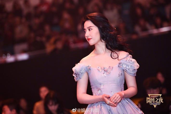 Hóa công chúa cổ tích, Lưu Diệc Phi lên thẳng top 1 Weibo nhưng chung khung hình với Triệu Lệ Dĩnh lại thấy có vấn đề - Ảnh 2.