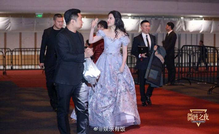 Hóa công chúa cổ tích, Lưu Diệc Phi lên thẳng top 1 Weibo nhưng chung khung hình với Triệu Lệ Dĩnh lại thấy có vấn đề - Ảnh 3.