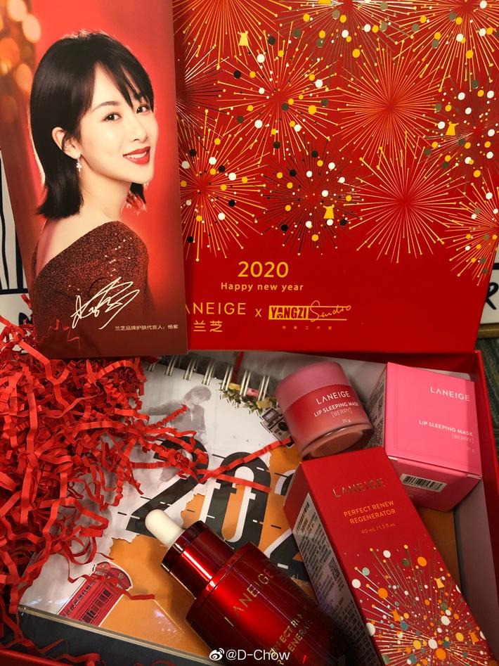 Choáng với quà năm mới toàn mỹ phẩm xịn sò của sao Cbiz: Triệu Lệ Dĩnh, Na Trát tặng nguyên bộ son môi, skincare đắt đỏ - Ảnh 4.