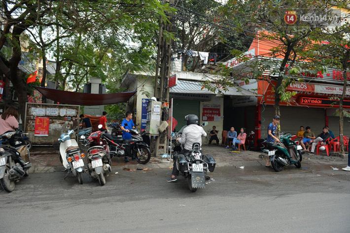 Dịch vụ rửa xe hốt bạc ngày giáp Tết: Ô tô 250k còn xe máy 50k, nhân viên luôn chân tay nhưng khách vẫn xếp hàng dài chờ đến lượt - Ảnh 13.