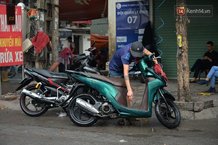 Dịch vụ rửa xe hốt bạc ngày giáp Tết: Ô tô 250k còn xe máy 50k, nhân viên luôn chân tay nhưng khách vẫn xếp hàng dài chờ đến lượt - Ảnh 14.