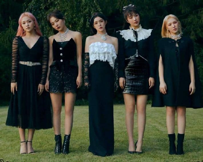Đụng từ chiếc áo đến cách mix đồ: Jennie khi cool ngầu, khi dễ thương đến Joy (Red Velvet) lại đậm chất ma mị - Ảnh 3.