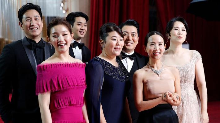 Thiên tài lừa đảo của Ký Sinh Trùng lột xác khỏi style bà thím, chiếm spotlight tại Oscar 2020 với bộ đầm chói chang rất ít sao Hàn dám diện - Ảnh 4.
