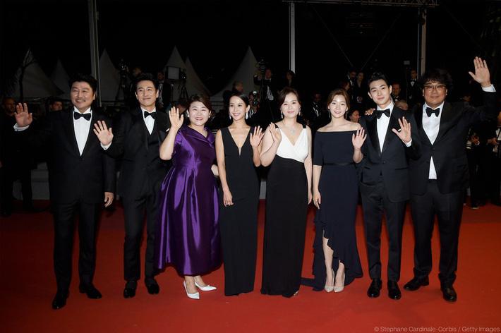 Thiên tài lừa đảo của Ký Sinh Trùng lột xác khỏi style bà thím, chiếm spotlight tại Oscar 2020 với bộ đầm chói chang rất ít sao Hàn dám diện - Ảnh 7.