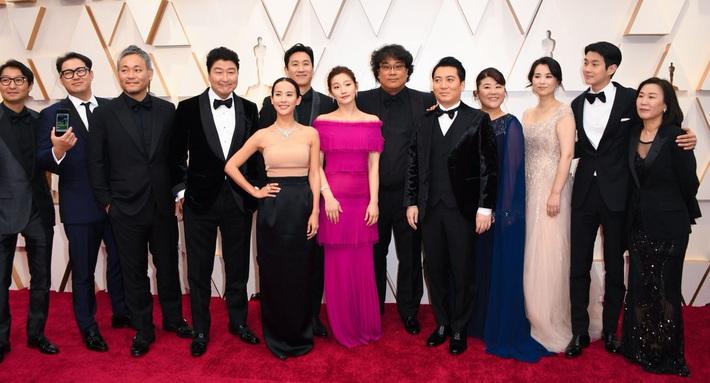 Thiên tài lừa đảo của Ký Sinh Trùng lột xác khỏi style bà thím, chiếm spotlight tại Oscar 2020 với bộ đầm chói chang rất ít sao Hàn dám diện - Ảnh 1.