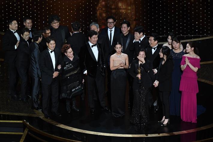 Thiên tài lừa đảo của Ký Sinh Trùng lột xác khỏi style bà thím, chiếm spotlight tại Oscar 2020 với bộ đầm chói chang rất ít sao Hàn dám diện - Ảnh 3.