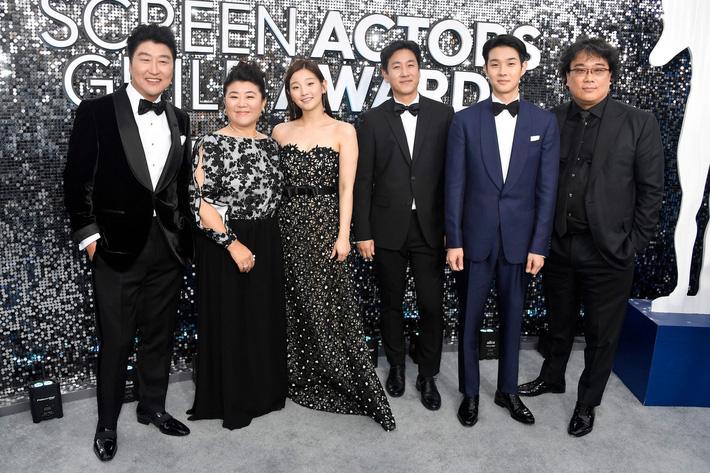 Thiên tài lừa đảo của Ký Sinh Trùng lột xác khỏi style bà thím, chiếm spotlight tại Oscar 2020 với bộ đầm chói chang rất ít sao Hàn dám diện - Ảnh 8.