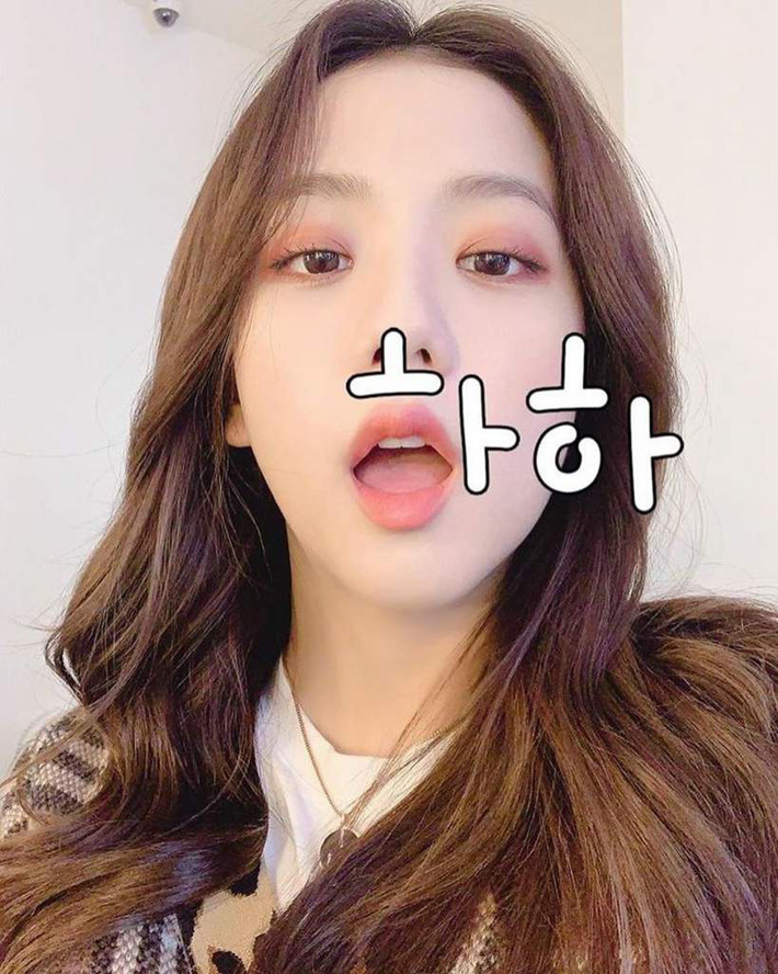 """Jisoo khoe makeup """"quả đào"""", môi căng bóng khiến các nàng chỉ muốn muốn """"bái bai"""" son lì và kiểu hoạ mặt đậm - Ảnh 9."""