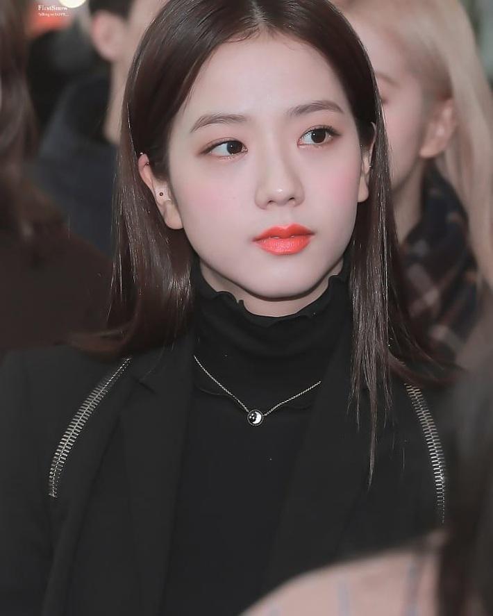 """Jisoo khoe makeup """"quả đào"""", môi căng bóng khiến các nàng chỉ muốn muốn """"bái bai"""" son lì và kiểu hoạ mặt đậm - Ảnh 6."""