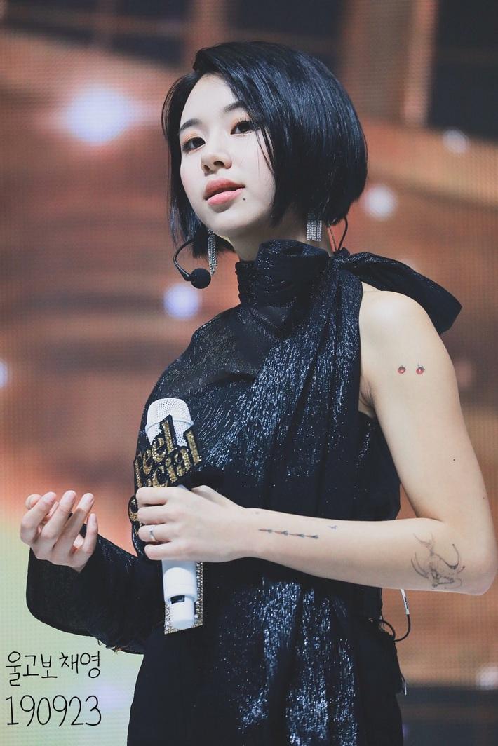 Có gần chục hình xăm mà toàn nhỏ xíu xinh yêu, bảo sao nhìn Chaeyoung (Twice) dân tình chẳng hề thấy phản cảm chút nào - Ảnh 2.