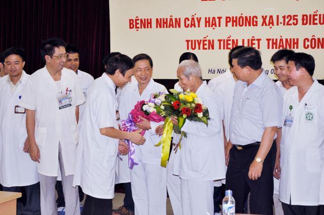 Các y bác sĩ chúc mừng hai BN khỏe mạnh ra viện.
