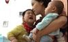 Cảnh đẻ dày khiến ai xem cũng ứa nước mắt: Mẹ vừa hút sữa, vừa 1 tay bế con mới sinh, 1 tay dỗ dành con lớn