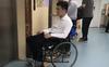 Chồng đòi vào phòng sinh để động viên vợ, ngờ đâu con còn chưa ra đời mà ông bố tương lai đã được y tá đẩy ra bằng xe lăn vì đi không nổi!