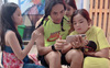 Cuộc sống những ngày cách ly xã hội: 5 con nghỉ học, mẹ Sài Gòn phải gửi bớt 2 đứa cho ông bà, con chơi hết trò thì đem bố ra làm búp bê
