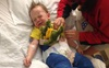 Bé trai 3 tuổi bị gãy xương đùi sau khi nhảy trên bạt nhún lò xo trong khu vui chơi giải trí