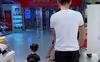 Bố ân cần đưa 2 con đi trung tâm thương mại, nhìn cảnh tượng này ai cũng vừa buồn cười vừa thương