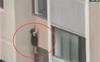 Ở nhà một mình, bé gái 6 tuổi bị ngã dẫn đến tử vong vì ngồi vắt vẻo ở cửa sổ chung cư tầng 6