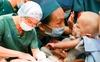 Sticker xanh - đỏ trên ngực áo ê-kíp phẫu thuật tách rời cặp song sinh dính liền và những kỳ tích làm từ trái tim