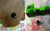 Vô tình té ngã, bé trai đã bị thanh kim loại của chiếc xe tải đồ chơi đâm vào đầu