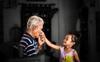 Con gái cứ đến bữa lại không muốn ăn, mẹ cảm thấy có gì đó không ổn và cười như mếu sau khi biết sự thật liên quan đến ông nội