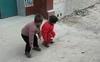 Biết mẹ sắp đi làm xa về, 2 đứa trẻ đã có một hành động khiến bất kỳ người làm cha mẹ nào cũng phải bật khóc