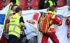 Bác sĩ trực tiếp cấp cứu kể lại 10 phút đáng sợ khi giành giật sự sống cho Eriksen, đồng đội kìm nén cảm xúc tiếp tục ra sân thi đấu