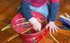Cuối tuần mà không thể ra ngoài, vẫn còn hàng chục trò chơi trong nhà thú vị khiến bé bận rộn không phút chán