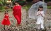 Khai mạc trong mưa lạnh, các mẫu nhí cầm ô trình diễn trong Tuần lễ thời trang trẻ em Việt Nam 2018