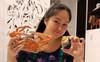 Mới sinh xong Lê Phương đã khoe ăn tối với 1 mâm hải sản, dân mạng đồng loạt cảnh báo